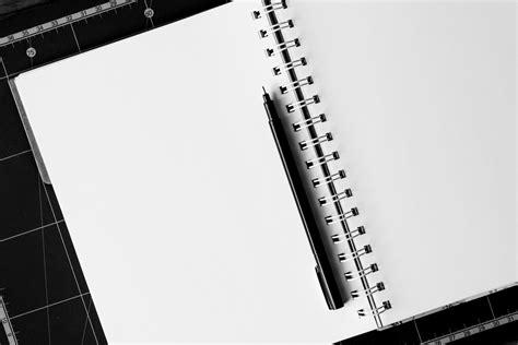 Buku Catatan Sul Kayu Dengan Pena gambar meja tulis hitam dan putih pena papan tulis satu warna pendidikan tinta