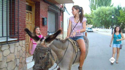 mujer es cogida por un burro un paseo en burro youtube