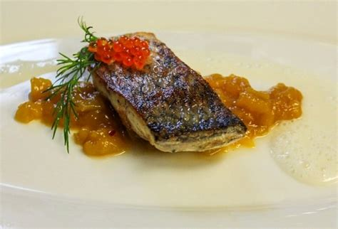 baccal 224 al forno con salsa di cipolle e caviale rosso
