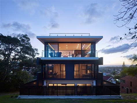 Design Stream maison contemporaine sur un terrain en pente