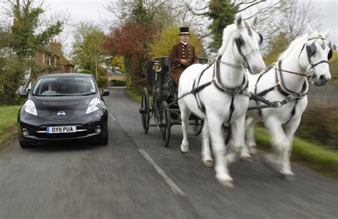 carrozza con cavalli carrozza a cavalli contro nissan leaf stessa velocita
