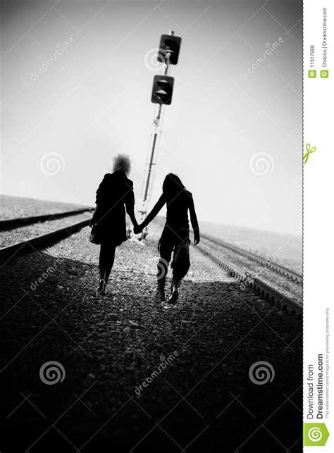 Chant ç La Premiç Re En Chemin Deux Femmes De Marchant Loin Sur Le Chemin De Fer