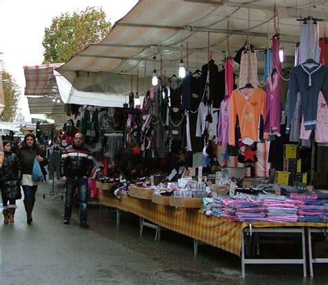 banchi per mercato mercato settimanale si cambia via i banchi da piazza