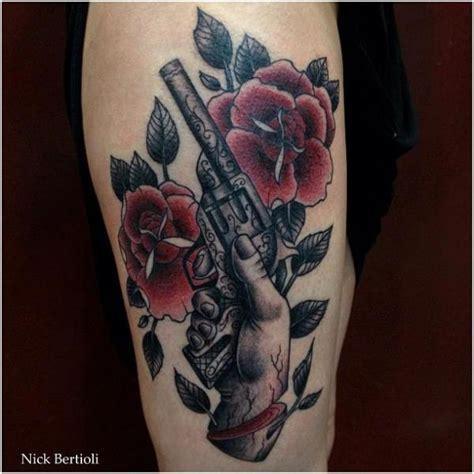 tattoo old school revolver tatuagem old school flor arma coxa por nick bertioli