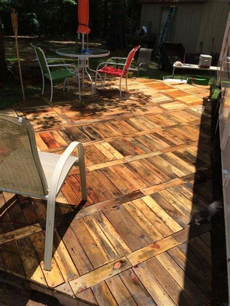 Pallet Patio Floor by Diy Pallet Deck Ideas And 99 Pallets