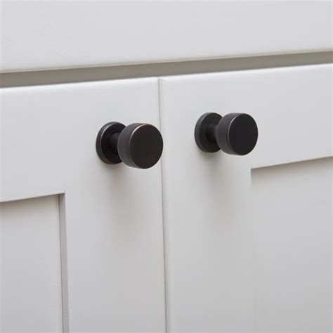 Contemporary Kitchen Cabinet Knobs | 14 best knobs and pulls for white kitchen cabinets