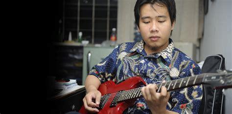cara bermain gitar sambil bernyanyi 11 trik untuk menyanyi sambil memainkan gitar bersamaan