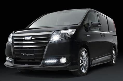 G B Toyota デイライトも搭載 Trdからトヨタ ノア 専用のお買い得なフロントスポイラーが登場 Autoblog 日本版