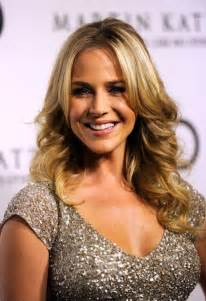 hairstyles layered part in the middle hairstyle julie benz layered long middle part loose wavy hairstyle