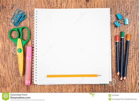 Accessoires D 233 Cole Sur Un Bureau Image Stock Image Bureau D école