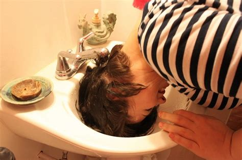 How To Wash Your Hair In The Sink by 25 Lazy Hairstyling Hacks