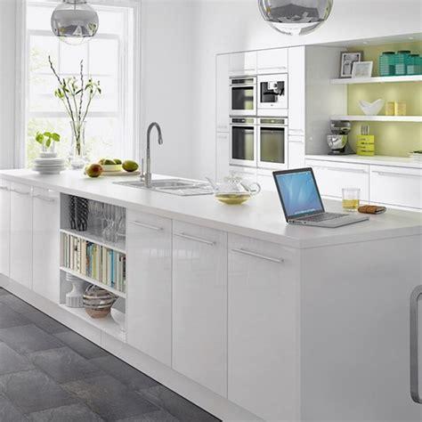 white gloss kitchen ideas wei 223 e arbeitsplatten in der k 252 che natur oder kunststein