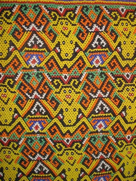 motif tato dayak di tangan kumpulan kerajinan tangan suku dayak kabupaten sintang