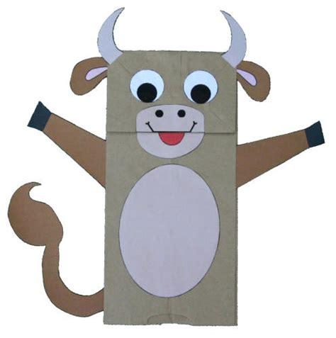 manualidad con bolsa de papel la vaca titeres de papel