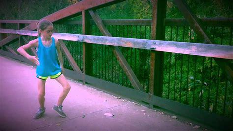 this amazing girl mastered dubstep dancing by youtube video šīs meitenes deju būs grūti pārspēt little girl