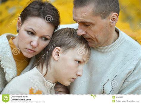 imagenes de triste familia familia triste de tres foto de archivo imagen 46123877