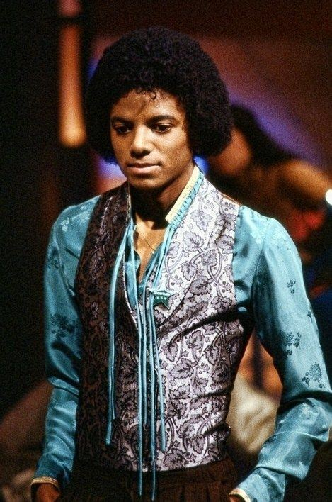 pin by s0ul fl0wer on michael jackson king mj rocking on stage michael jackson king of style musik
