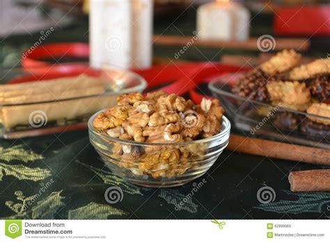 foto candele accese biscotti di natale con cioccolato su una tavola decorata