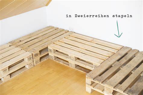 holzpaletten sofa yarial europaletten sitzecke polster interessante