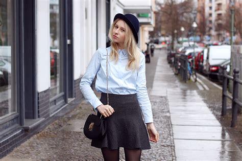 minirock richtig kombinieren mit bluse und boots