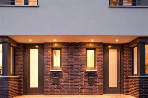 moderne reihenhäuser gro 223 z 252 giger eingangsbereich mit klinker und led spots