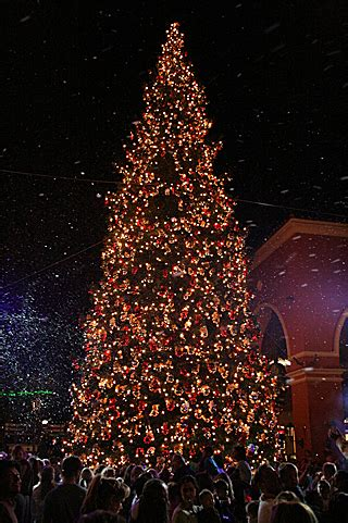Simi Valley Town Center Lights The Christmas Tree