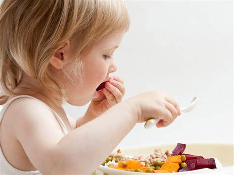imagenes de niños jugando y comiendo 13 36 meses tu hijo ya empieza a comer de todo comidas