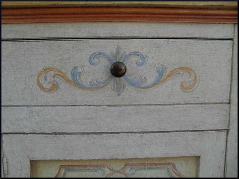 mobili decorati con fiori mobili decorati credenzina 2 porte greche e fiori la