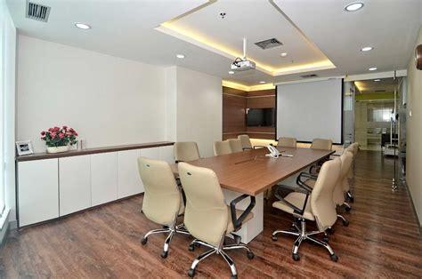 bentuk layout ruang rapat menciptakan desain ruangan meeting kantor yang nyaman dan