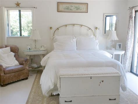 The All White Bed Style Shabby Chic Style Guide Interior Design Styles And Color