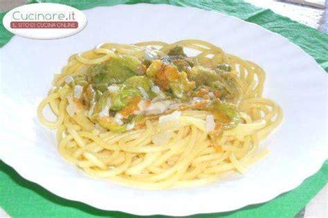 come cucinare fiori di zucchina spaghetti alla chitarra con fiori di zucchina e pecorino