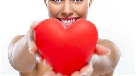 fotomontaje de mujer rodeada por un corazn de fuego iniciativa para la salud de la mujer mujeres por el coraz 243 n