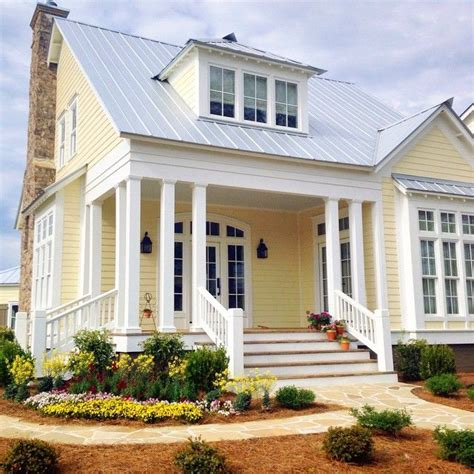 Paint Colors For Cottage Style Homes by Best 25 Yellow House Exterior Ideas On Yellow