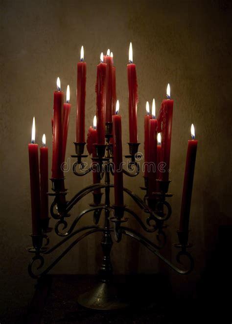 foto candele accese candele accese sul candeliere ferro fotografia stock