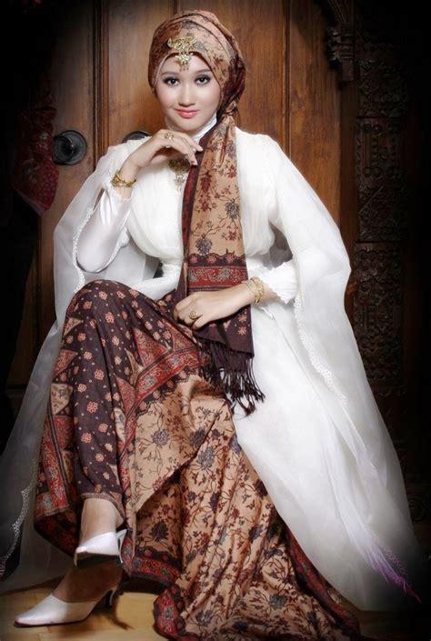 Kebaya Elnira Pendek Laris Baru 25 model kebaya modern kombinasi batik terbaru 2018