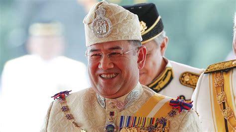 malaysia crowns  youthful king  devout muslim