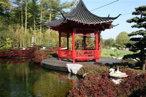 pavillon japanischer stil koiteich im japanischen garten gartengestaltung