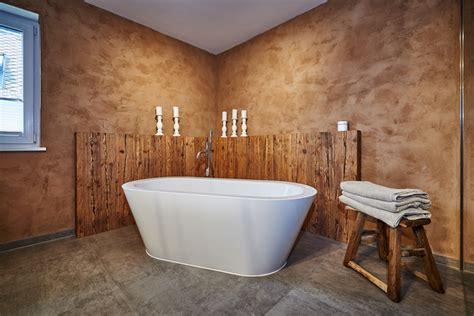 rustikaler altholz chic  einem modernen bad
