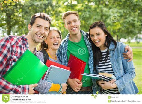 imagenes libres estudiantes estudiantes universitarios alegres con los bolsos y libros