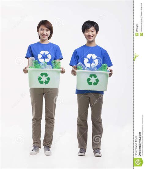 imagenes de personas que extrañas retrato de dos personas jovenes sonrientes que sostienen