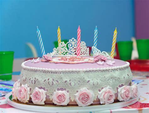 torta con candele torta di compleanno con cinque candele immagine stock