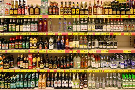 schnapsflaschen regale file spirituosen im supermarkt jpg wikimedia commons