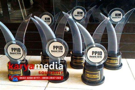 Patung Wisuda Fiber Bening plakat kalung medali samir gordon patung wisuda