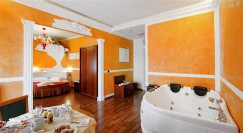 suite con vasca idromassaggio in toscana hotel con piscina coperta a foligno hotel altopiano con