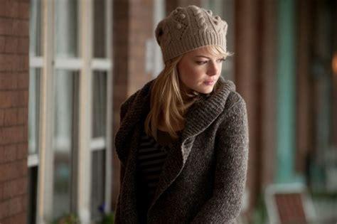 emma stone di film amazing spiderman emma stone avvolta in un maglione di lana in una scena di