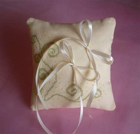 cuscino portafedi a punto croce cuscino portafedi color crema ricamato a punto croce