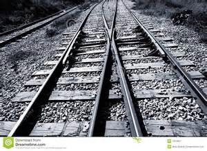 jonction de chemin de fer noir et blanc photographie