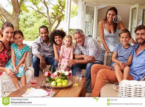imagenes de la familia y amigos familia y amigos que presentan para una imagen en un