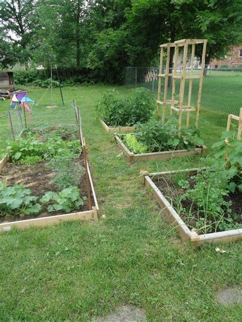 Como fazer um bonito caminho no jardim com restos de