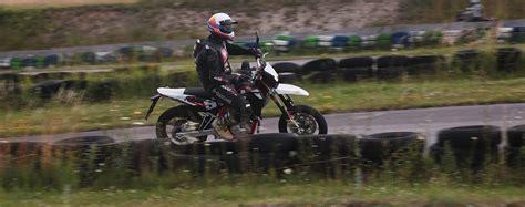125er Motorrad Italien by 125er Vergleich Swm Sm 125 R Test Auf Der Supermoto